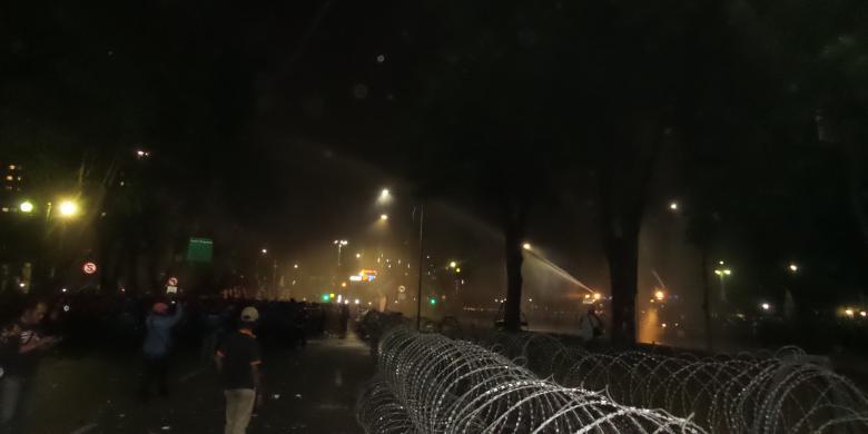 Tembakan meriam air yang diarahkan polisi ke massa buruh di depan Istana Merdeka, Jumat (30/10/2015) sekitar pukul 18.45 WIB. Tembakan meriam air dilakukan setelah massa buruh tak kunjung mau membubarkan diri hingga batas waktu yang diperbolehkan.