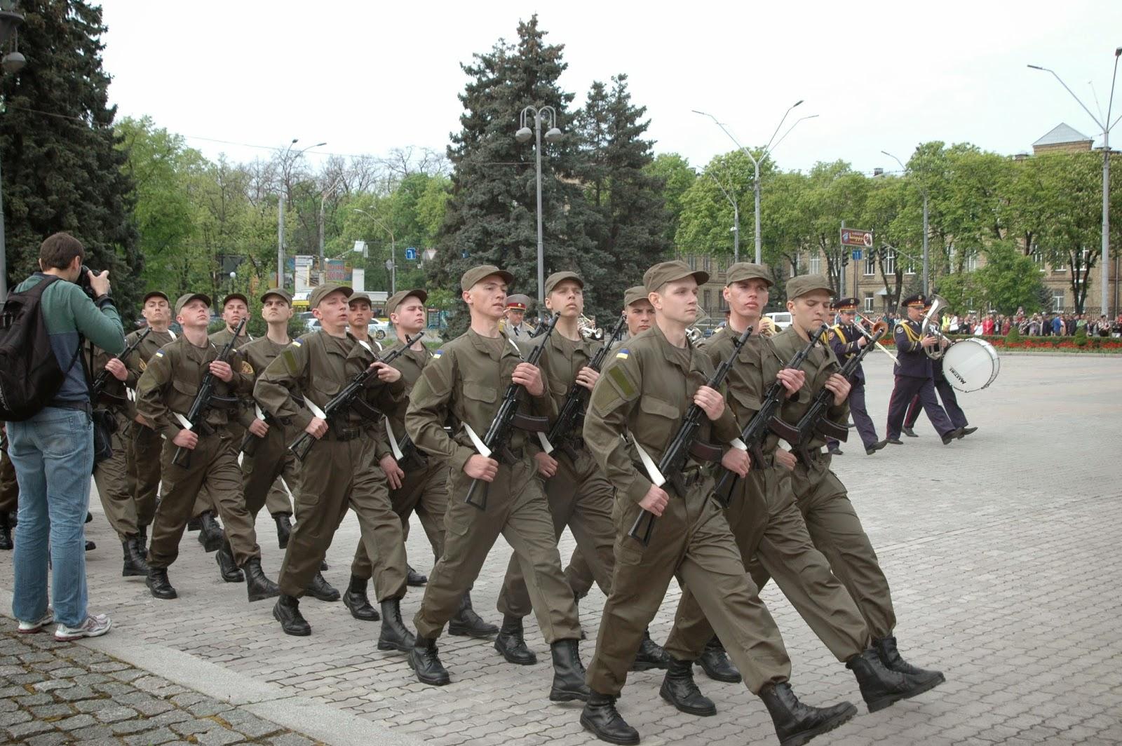 Фото Виталия Бабенко: нацгвардейцы маршируют