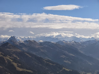 Im Hintergrund die Tauern mit dem Großvenediger; links vorne der Große Rettenstein