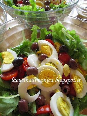 nizzarda traduzione italiana dal francese niçoise.....è il nome di un'insalata di cui esistono molte varianti!!!