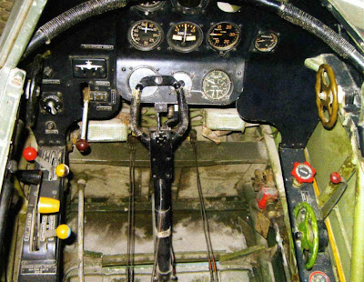 Приборная панель и органы управления самолетом