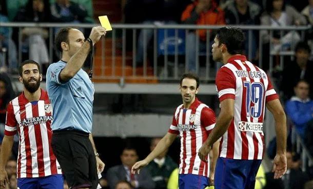 Mateu Lahoz amonesta a Diego Costa por sus protestas. | Efe