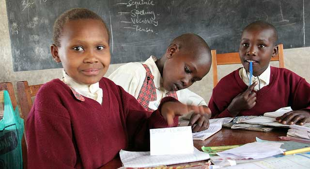 Bambine Maasai studiano in Kenya