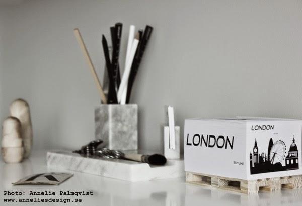 memoblock, annelies design and interior, på skrivbordet, svarta och vita detaljer, london, skyline, detaljer i arbetsrummet, hemmakontor, hemmakontoret, kontor, inredning, blogg, trärent, pennor, marmor pennställ, kontorsdetaljer, svart och vitt,