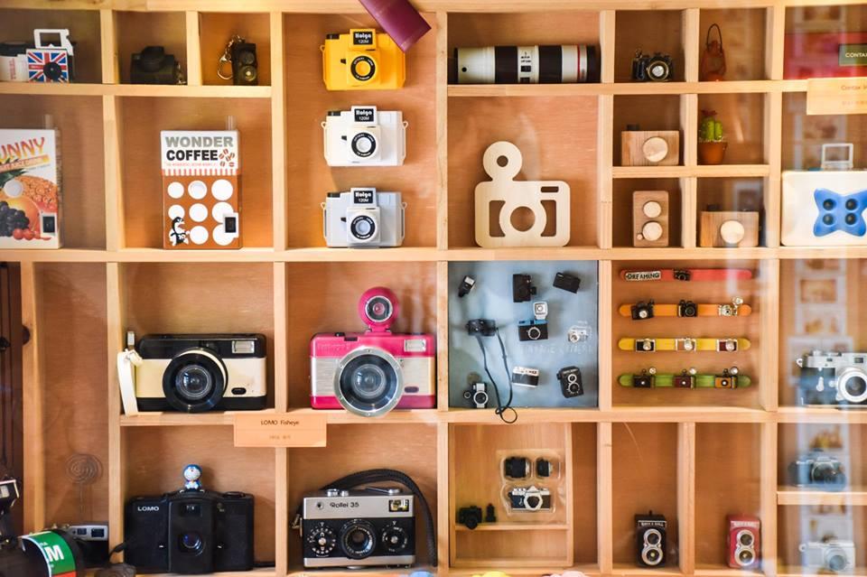Beberapa koleksi kamera Pak yang terpajang di Dreamy Camera cafe