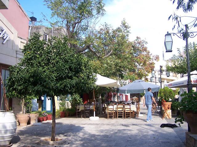 Archanes köy meydanında lokantalar