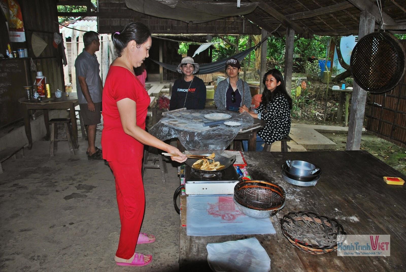 Bà chủ đang trực tiếp chiên bánh Tiêu cho khách xem sau đó thưởng thức món bánh mới ra lò nóng hổi