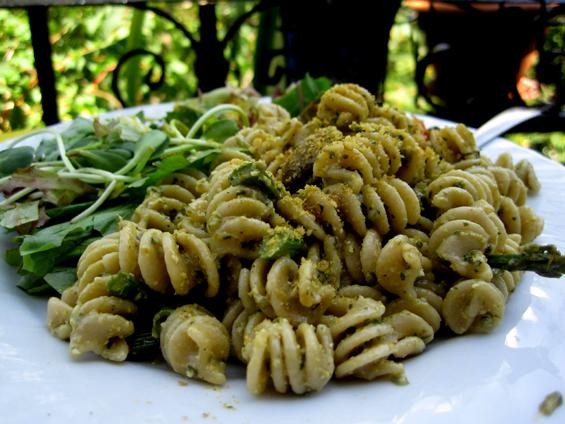 Pâtes au pesto d'oseille, aux asperges et aux champignons rôtis