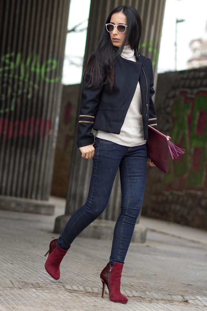 Look con jeans, chaqueta azul marino y botines de cuero y ante color granate de Menbur Stilo Femenino España