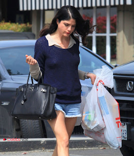 Selma Blair Pictures in Shorts Shopping Grocery in Bel Air  0006