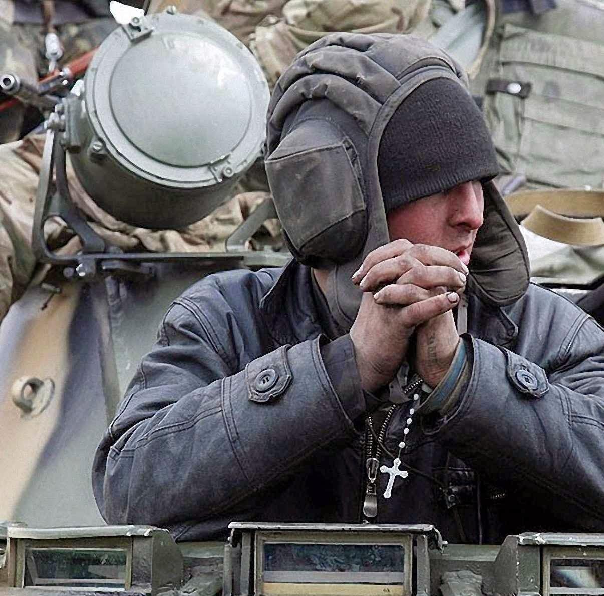 Soldado ucraniano se prepara para o combate em Kramatorsk