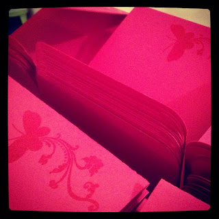 partecipazione fucsia rosa con farfalle