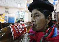 Boliviana prova o novo refrigerante do país
