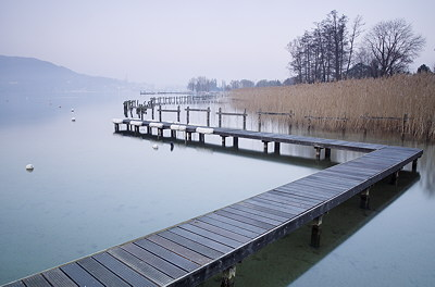 Long exposure image of Annecy lake at the end of winter