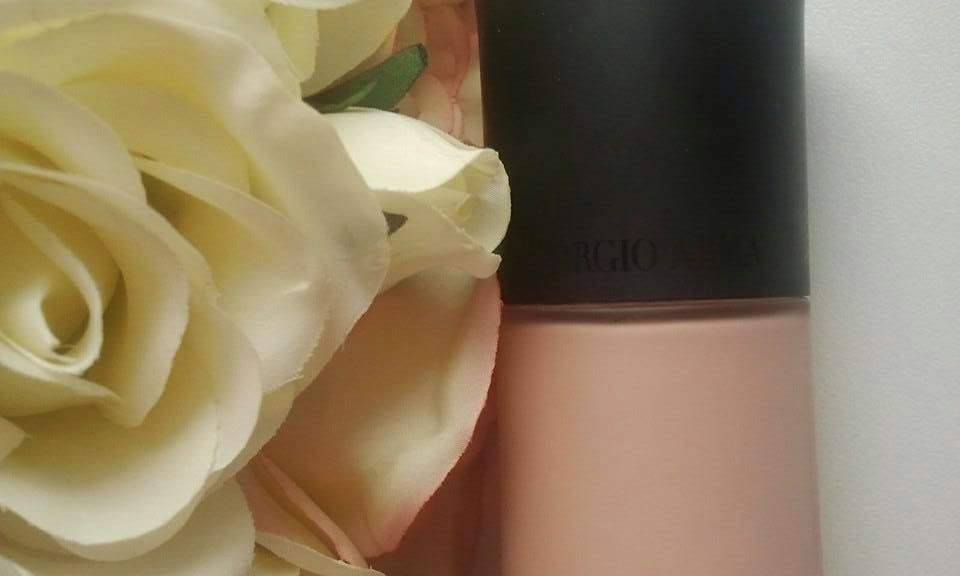 Giorgio-Armani-Luminous-Silk-Foundation-with-roses-on-my-table