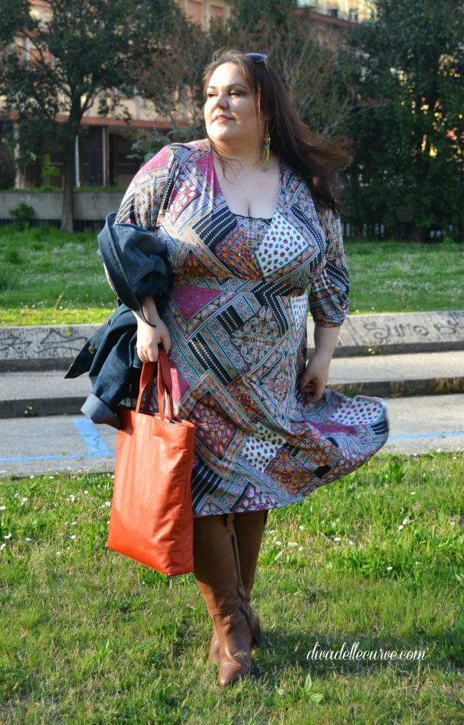 outfit plus size con abito stampa patchwork stile alle forme e giacca in denim