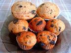 Almás csokoládés poharas muffin, fahéjas porcukorral megszórva.