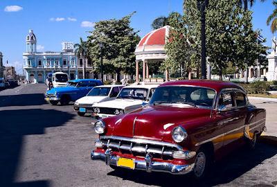 Autos clásicos en la rotonda del Jardín Marti's, centro de la ciudad de Cienfuegos, Cuba.