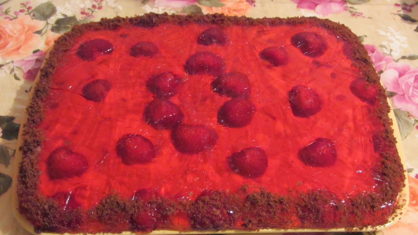 готовый торт с клубникой
