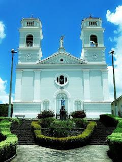 Fachada da Igreja Nossa Senhora do Caravaggio, em Ana Rech. Canteiro em frente à igreja.