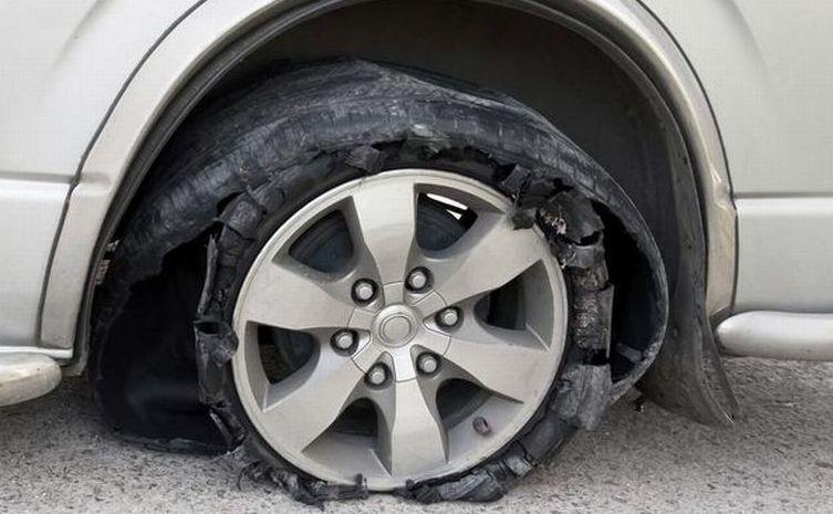Ban Mobil Pecah Sangat Berbahaya Tertutama Pada Kecepatan Tinggi Karena Akan Kehilangan Keseimbangan Dan Menabrak Lain Banyak Kasus