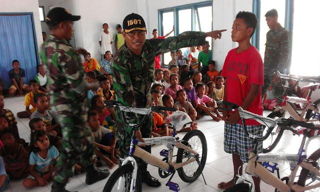 Panglima TNI Berikan Bantuan 20 Sepeda di Pulau Lakor