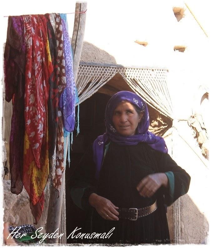 Yöresel kıyafetleriyle bir Harran'lı