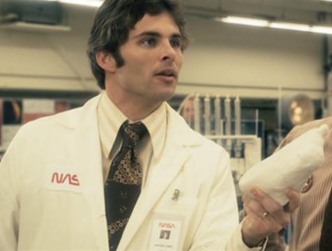 Arthur (James Marsden) muestra el molde del pie de su mujer en The Box - Cine de Escritor