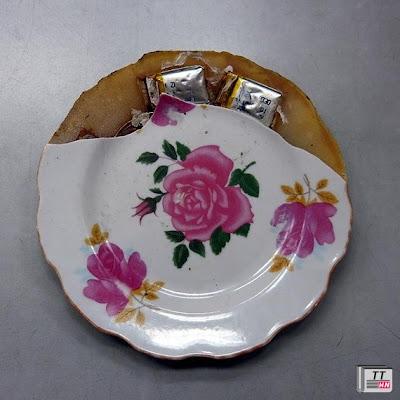 Nhiều gia đình sử dụng loại đĩa hoa in hồng này