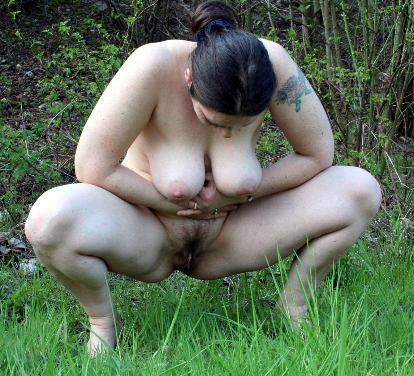 women piss outdoor