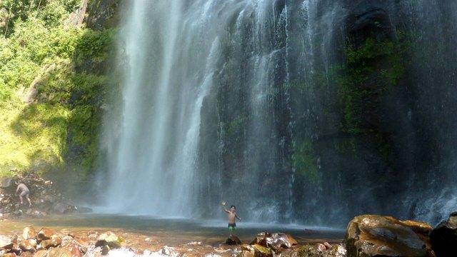 Una cascada de 70 metros y piletas naturales en medio de for Piletas con cascadas