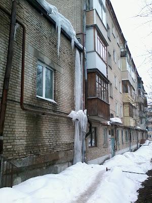 Огромные сосульки на крышах домов