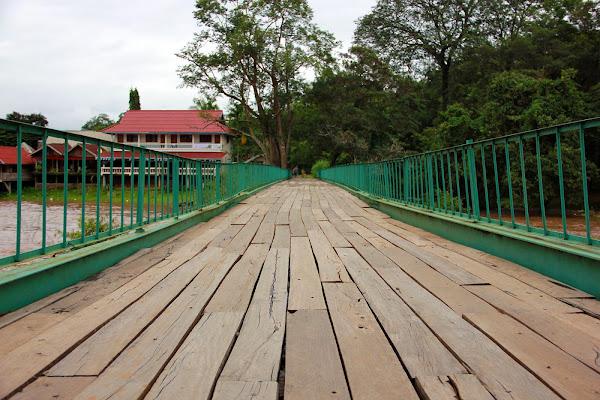 Puente sobre las cataratas Tad Hang y Tad Lo