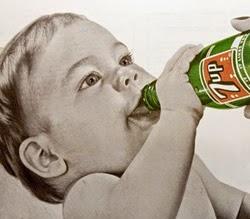 Propaganda com um bebê consumindo refrigerante nos anos 40.