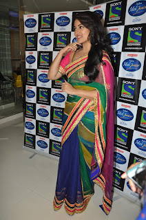 Sonakshi Sinha Pos in Saree on Indian Idol Junior Sets 0003.jpg
