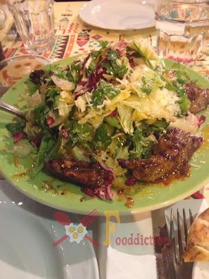 σαλάτα  με τα κομματάκια μοσχαρίσιου φιλέτου , παρμεζάνα ,ρόδι , κουκουνάρι ,sweet chilli sauce με ρόκα, μαρούλι ,λάχανο και καρότο