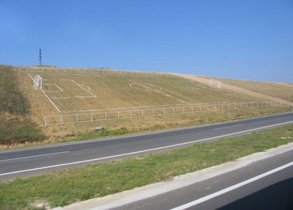 lapangan sepakbola teraneh di dunia