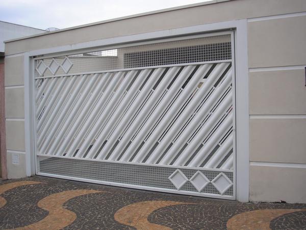 Portão de metalon com busios e tela. madeira