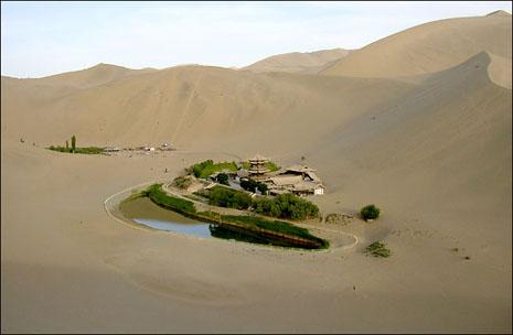 Danau Creescent Gurun Gobi
