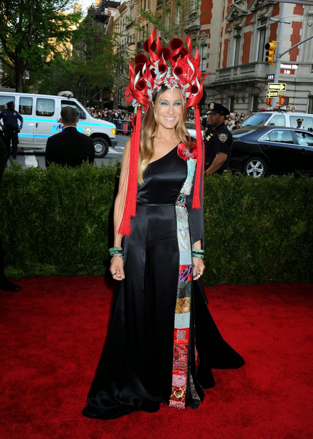 Sarah Jessica Parker wears H&M to the 2015 Met Gala in NYC