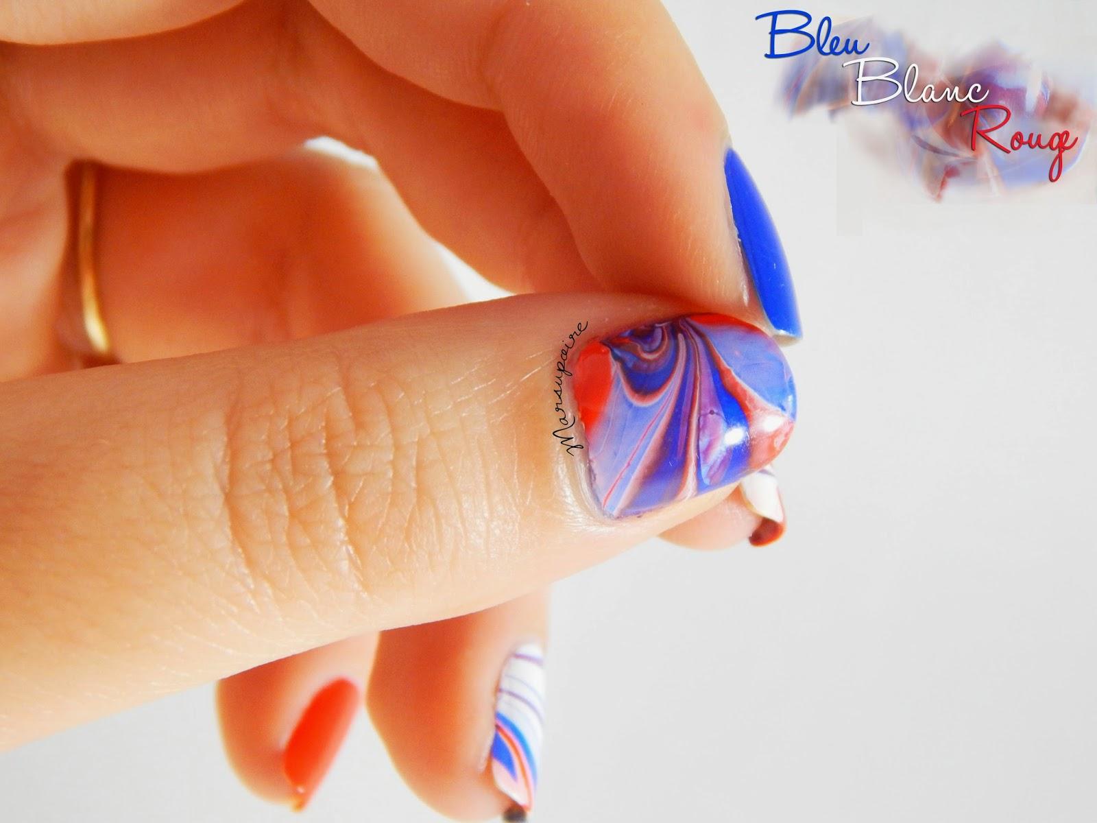 Nail art Watermarble bleu blanc rouge_pouce