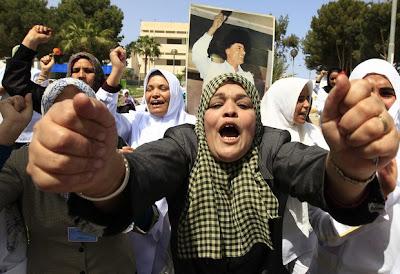 Медицински сестри, които подкрепят Муамар Кадафи