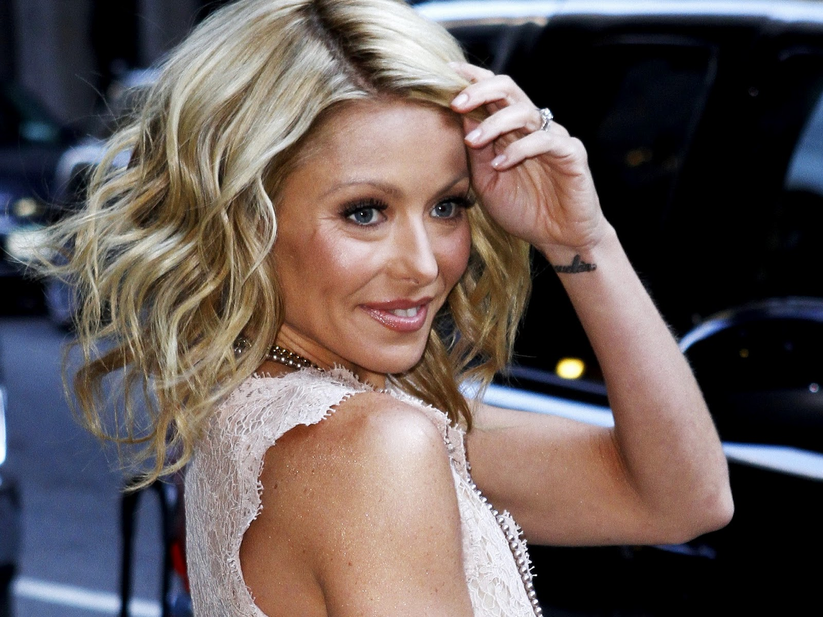 Kelly Ripa Cuts Her Hair Beauty & Fashion Articles & Trends