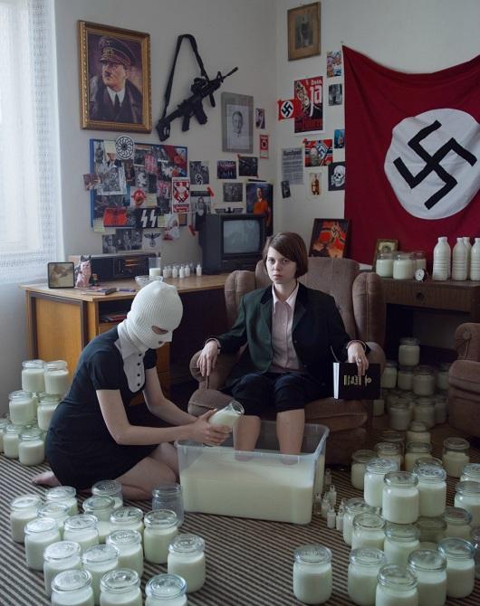 WTF mujeres nazis con botes de leche