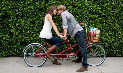 20 علامة تكشف حب المرأة للرجل - رومانسية العشق والحب