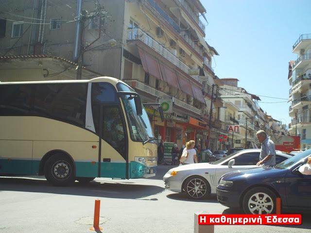 Ουρές αγανακτισμένων οδηγών πίσω από το λεωφορείο που δεν μπορεί να στρίψει