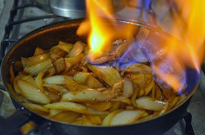 Cebolas Flambadas na Cachaça (vegana)