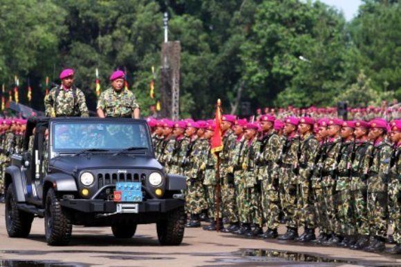 Kasal Laksamana TNI Soeparno memeriksa pasukan pada upacara HUT ke-67 Korps Marinir TNI AL
