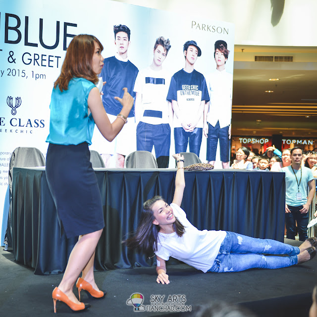This is how she won an opportunity to take group photo with CNBLUE *applause*
