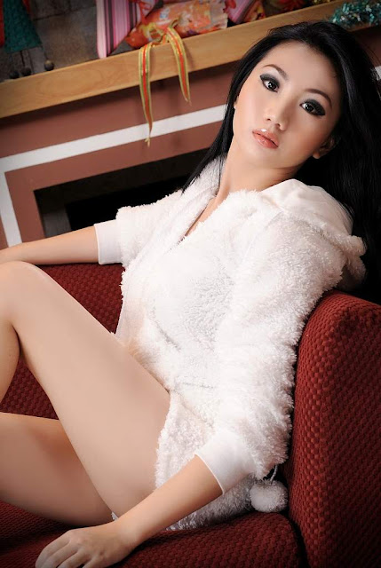 Pose Seksi Cantik Ade Sagita Model Indonesia